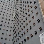 440-scarpe-su-una-parete-il-monumento-creato-in-memoria-delle-donne-vittime-di-violenza.-Collater.al-6