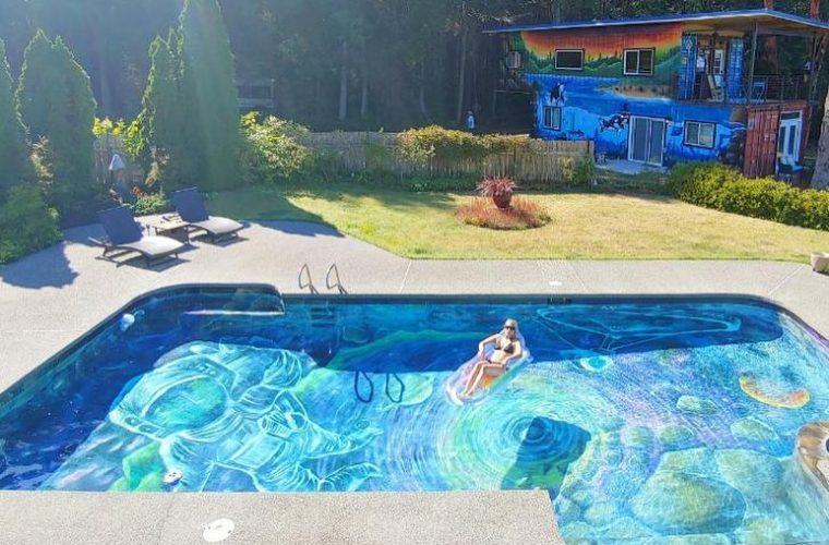 Il murales di Ania Amador sul fondo di una piscina