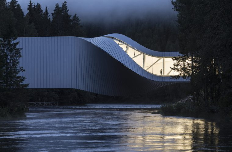 The Twist, the inhabitable bridge that twists around itself