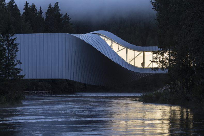 The Twist, the inhabitable bridge that twists around itself