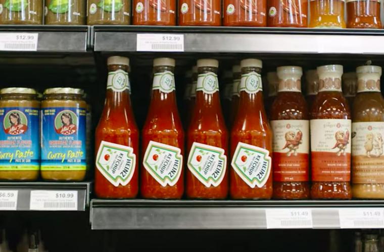 Heinz e le etichette che insegnano come usare le bottiglie di ketchup