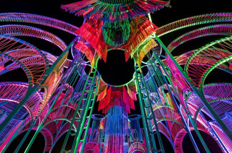 Kite, l'immenso aquilone di corde colorate di Pamela Tan