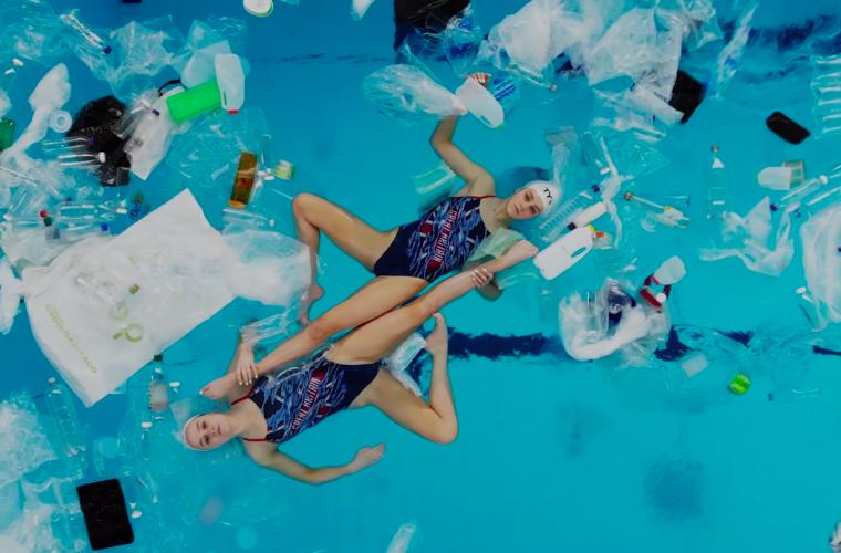 Swimming In It, danzare tra l'acqua e la plastica