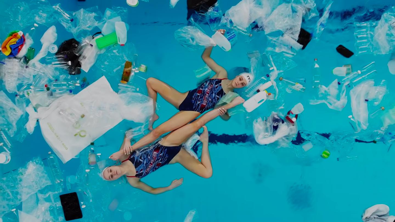 Swimming In It, danzare tra l'acqua e la plastica | Collater.al