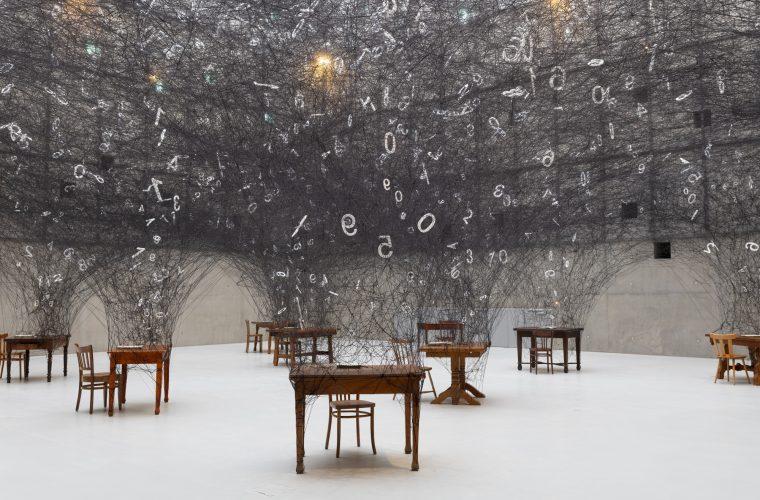 L'installazione interattiva di Chiharu Shiota celebra i numeri