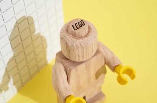 LEGO celebra la sua storia con un enorme omino in legno