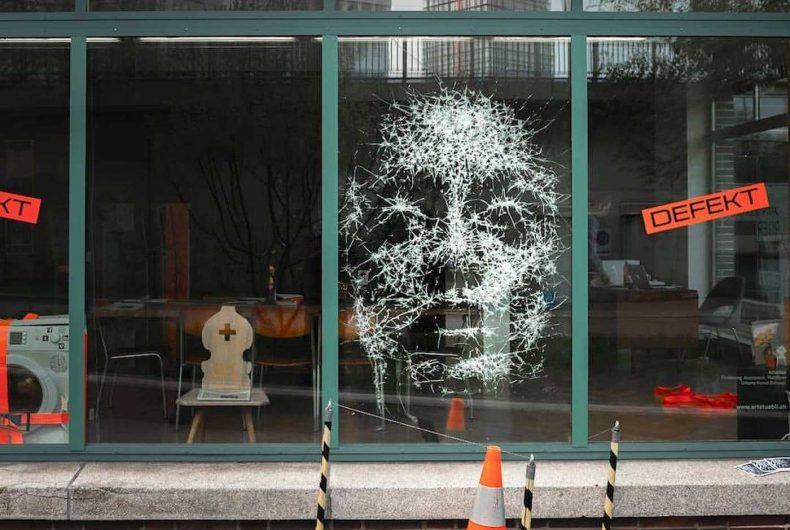 Simon Berger, l'artista che crea ritratti sul vetro