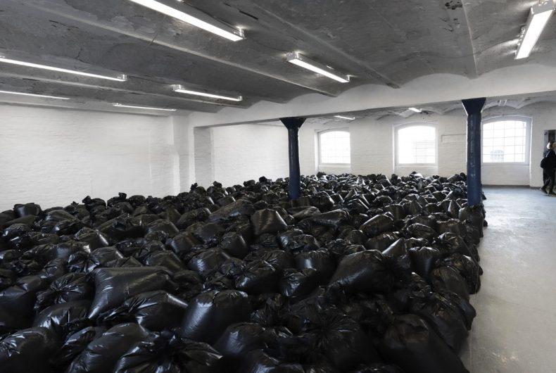 Traces, l'installazione di The Krank con 500 sacchi della spazzatura
