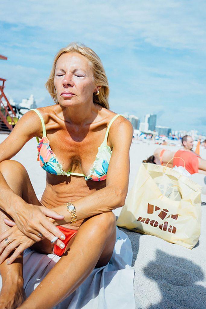 Ultraviolet, le pose di bagnanti immortalate da Marco Argüello | Collater.al