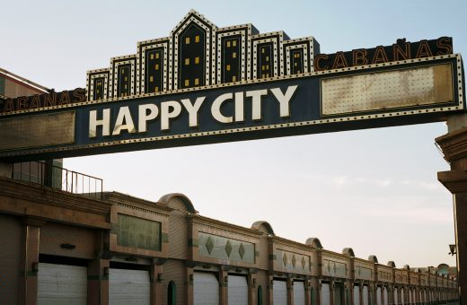 Happy City, i motel dominicani scattati da Kurt Hollander