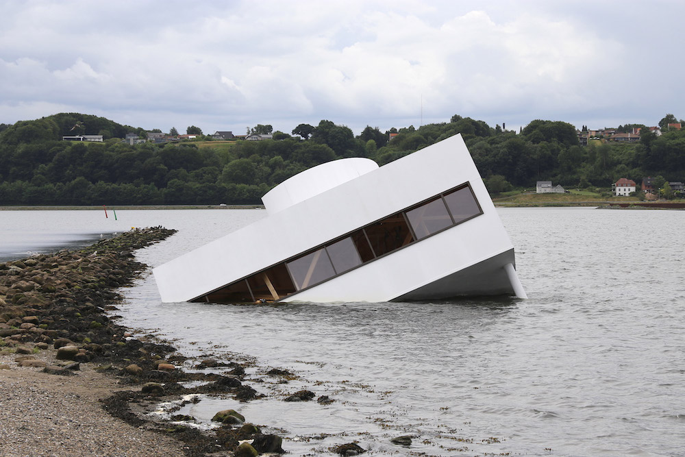 Flooded Modernity, the semi-submerged house | Collater.al