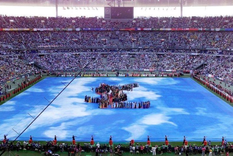La sfilata di Yves Saint-Laurent allo Stade de France nel 1998