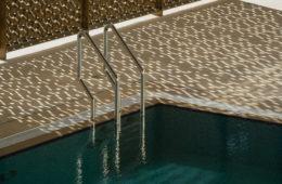 Natalie Christensen e la calma inquietante delle piscine