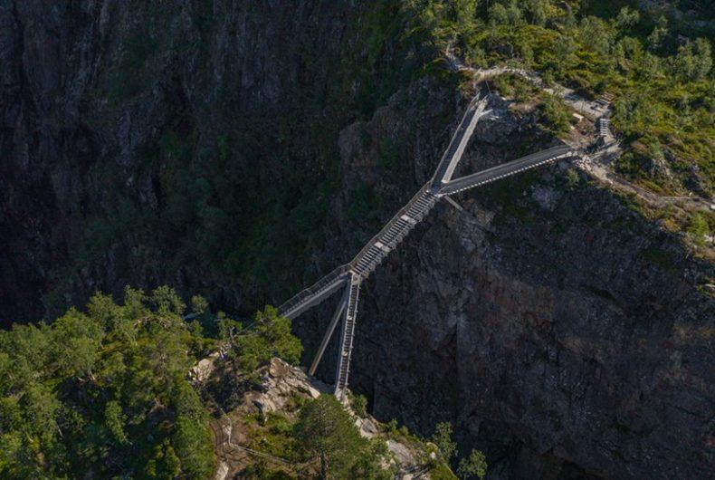 Il ponte sospeso sulla cascata di Vøringsfossen in Norvegia