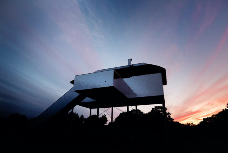 SynVillan, the villa that disappears into the landscape