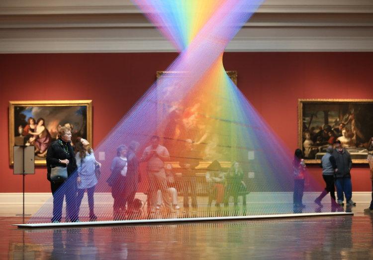 Gabriel Dawe, l'artista che porta gli arcobaleni nei musei