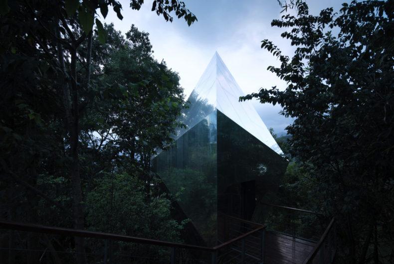 Un complesso di cabine specchiate nascosto nel bosco