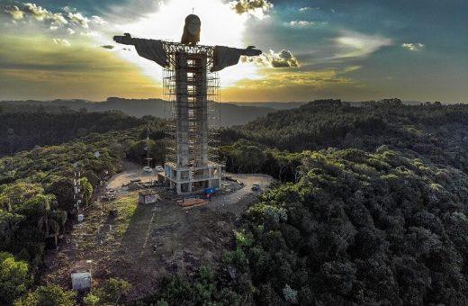 La nuova statua del Cristo Redentore a Encantado in Brasile