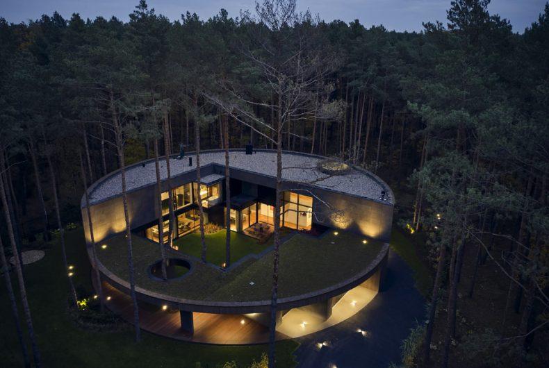 Circle Wood, la casa a forma di tronco d'albero