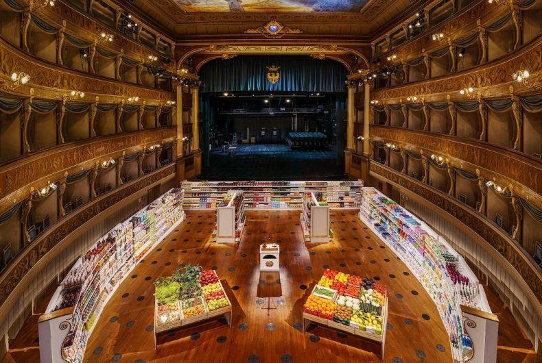 """""""Interim Measure"""", il teatro trasformato in un supermercato"""