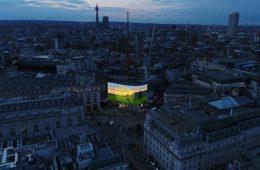 Da Londra a Tokyo, l'arte di David Hockney sui teleschermi di tutto il mondo
