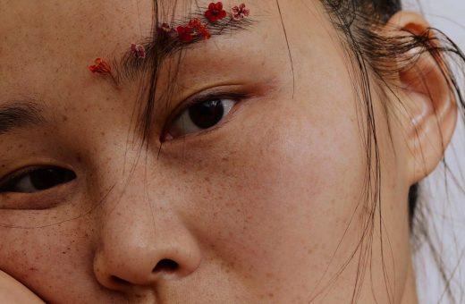 Fiori e sguardi, i ritratti di Mina Son