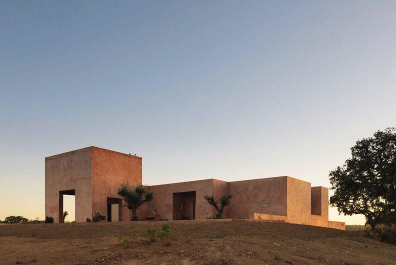 La casa minimalista di Bak Gordon Arquitectos tra le colline portoghesi