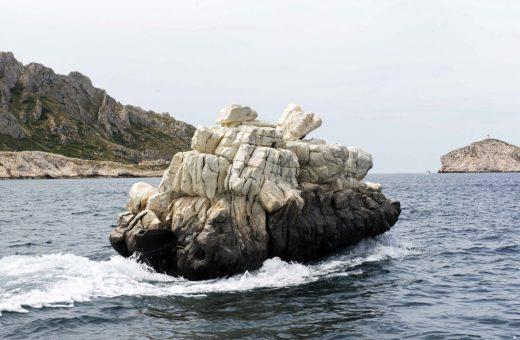 La roccia di Julien Berthier che si muove a largo di Marsiglia