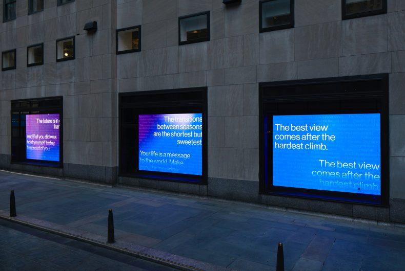 Paula Crown ricopre di pensieri positivi il Rockefeller Center